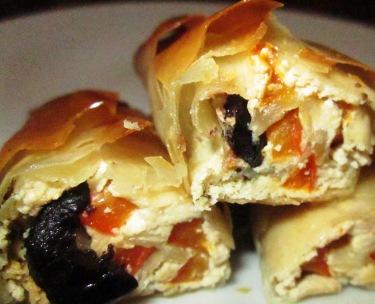 מאפה טבעוני פילו עם טחינה, פלפל קלוי וזיתים שחורים