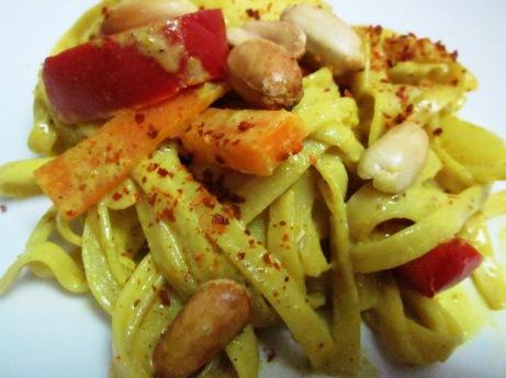 תאילנדי טבעוני: ירקות בקארי, קוקוס וקראנץ' בוטנים