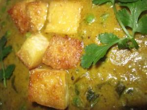 מאטאר פניר טבעוני: תבשיל עשיר של אפונה וקוביות טופו ברוטב שמנת קשיו והרבה דברים טובים