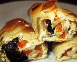 מאפה פילו עם טחינה, פלפל קלוי וזיתים שחורים