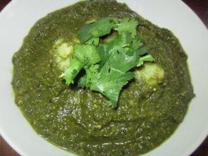 פאלאק פאניר טבעוני: תבשיל הודי של תפוחי אדמה ברוטב תרד עשיר