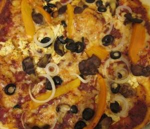 פיצה טבעונית על טורטיה