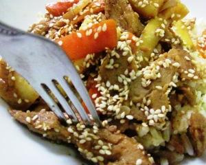 נתחי סייטן וירקות בשומשום וסילאן: תחליפי בשר טבעוניים