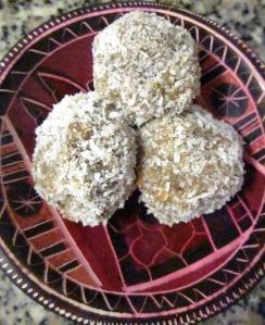 קינוח טבעוני מתוק טבעוני כדורי תמרים וחמאת בוטנים