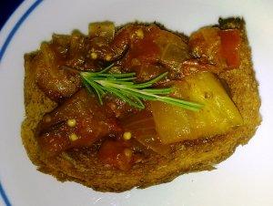 סלט חצילים ברוטב עגבניות ועשבי תיבול