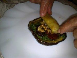 גלילות חציל במילוי פסטו בזיליקום, עגבניות מיובשות ואגוזי מלך