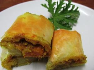 מאפה טבעוני פריך של ירקות שורש בקרם קוקוס